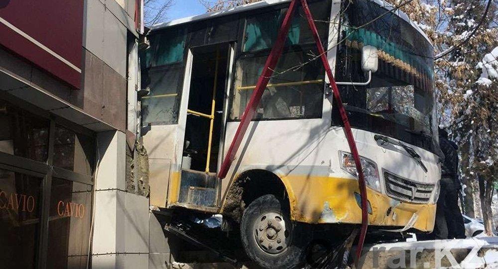 Автобус врезался в здание в Шымкенте