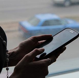 Архивное фото человека с мобильным телефоном в руках