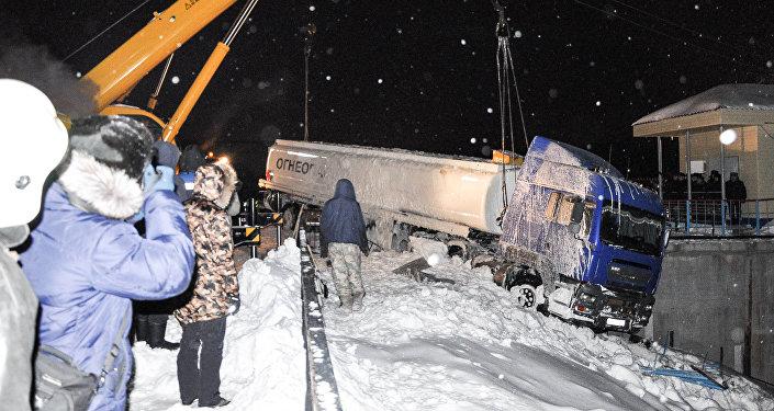 Петропавлда бензин тасымалдаушы су қоймасының үстіне ілініп қалды