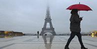 Эйфелева башня во время дождливого утра в Париже