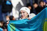 Девушка держит флаг Казахстана