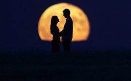 Влюбленная пара под луной