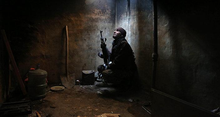 Архивное фото боевика в укрытии на окраине сирийской столицы - Дамаска