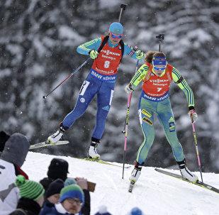 Казахстанская биатлонистка Галина Вишневская слева) на ЧМ в Австрии