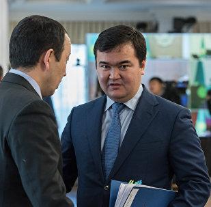 Министр по инвестициям и развитию РК Женис Касымбек (справа)