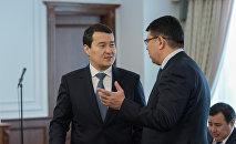 Первый заместитель премьер-министра - министр финансов Казахстана Алихан Смаилов (слева)