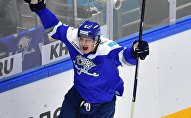 Архивное фото хоккеиста Барыса Романа Савченко