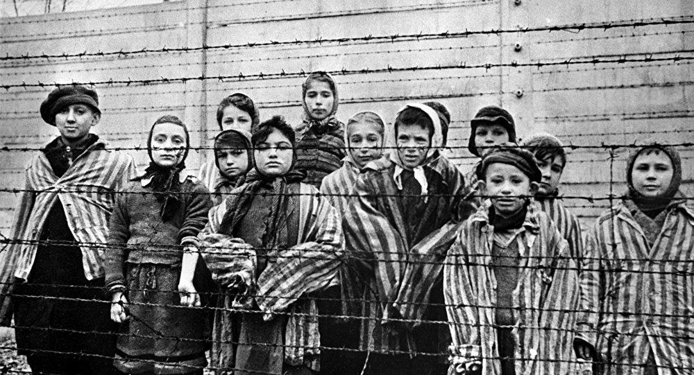 Дети из концентрационного лагеря Освенцим. Архивное фото