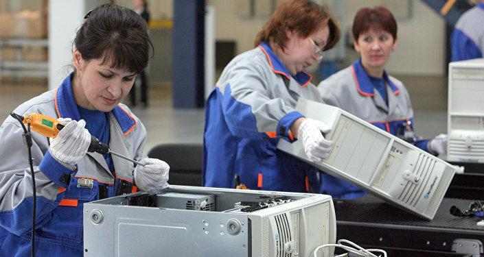 Женщины на производстве. Архивное фото