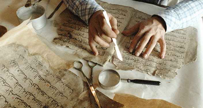 Реставрация рукописей. Архивное фото