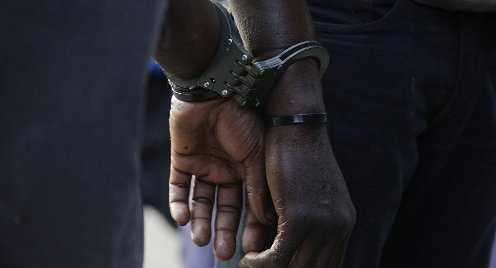 Архивное фото наручников