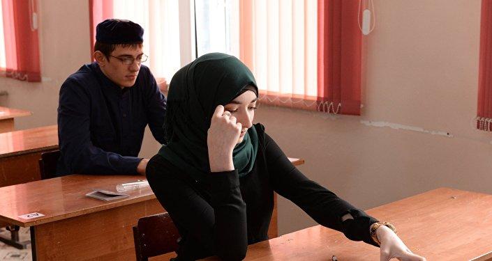 Девушка мусульманка на занятиях в школе