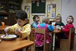 Архивное фото детей за обедом в детсаду