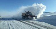 Уборка снега на загородной трассе