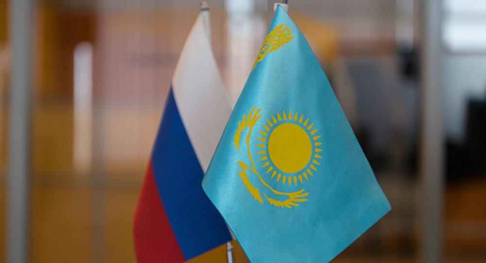 Архивное фото флагов России и Казахстана