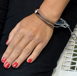 Архивное фото женщины в наручниках