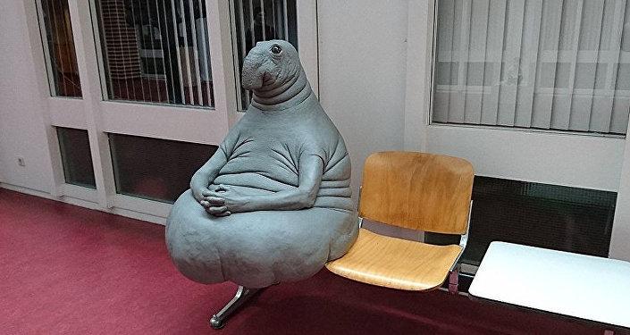 Интернет-мем на скульптуру Маргрит ван Брифорт, прозванную пользователями Ждун