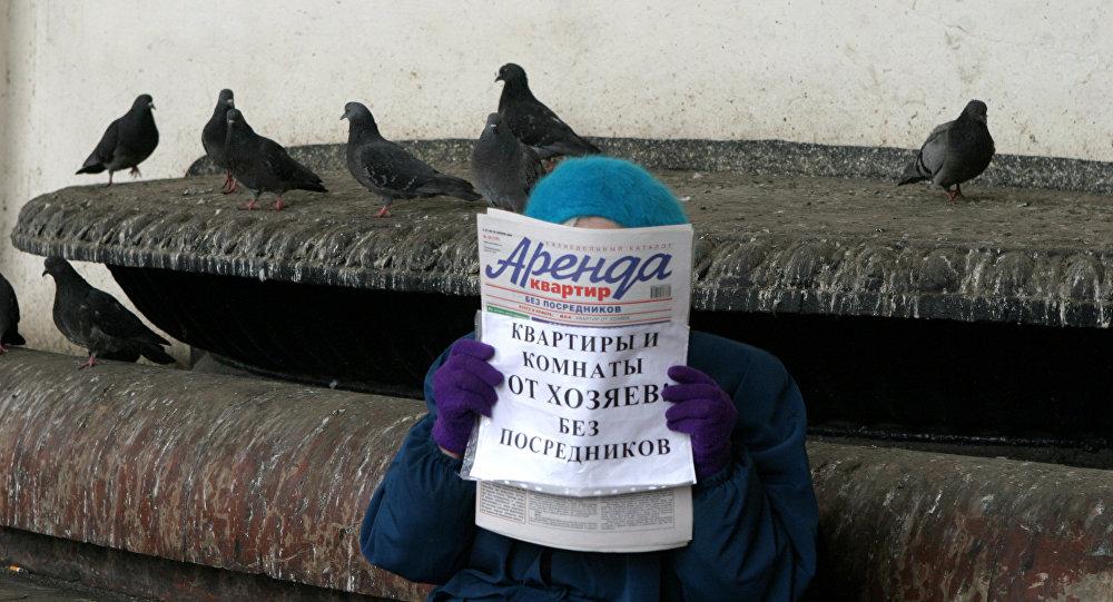 Архивное фото женщины на вокзале с газетой