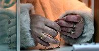 Архивное фото женщины, сдающей золотые украшения в ломбард