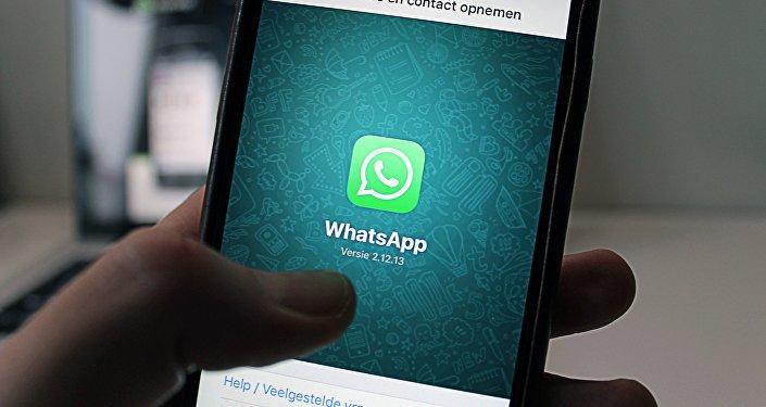 Приложение WhatsApp на экране мобильного телефона