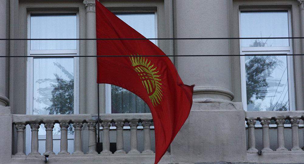 Архивное фото флага Кыргызстана на административном здании