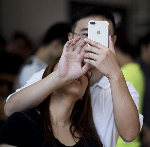 Архивное фото парня и девушки с мобильным телефоном