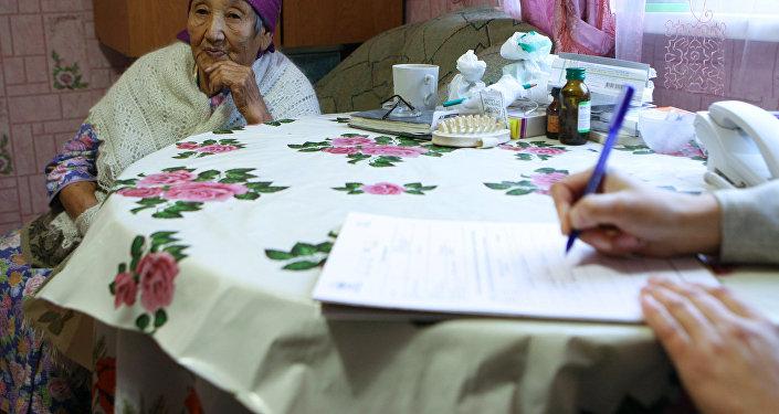Архивное фото сотрудника службы переписи населения