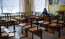 Архивное фото школьного учителя в классе