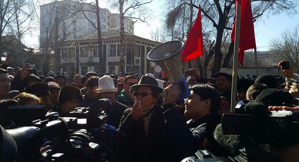 ВБишкеке митингующие требуют освободить лидера парламентской оппозиции