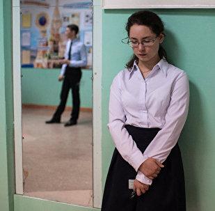 Архивное фото школьницы и учителя