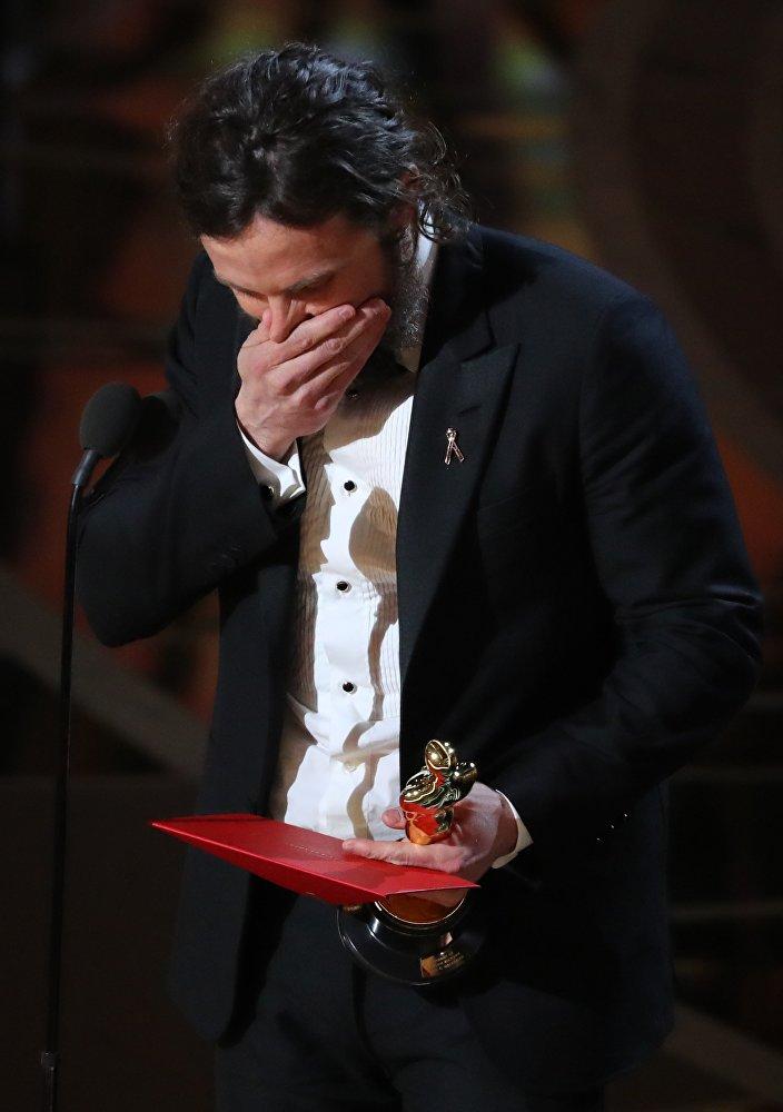 Кейси Аффлек Манчестер у моря фильмінде Оскар жүлдесінің Үздік актер номинациясының иегері атанғанын естігенде эмоциясын жасыра алмады.