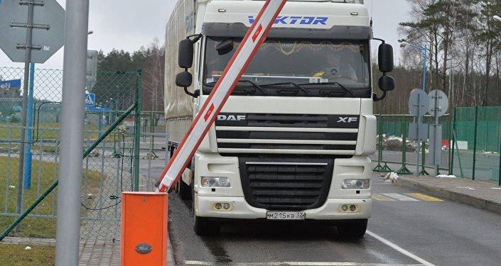 Архивное фото грузовиков на пограничном контроле