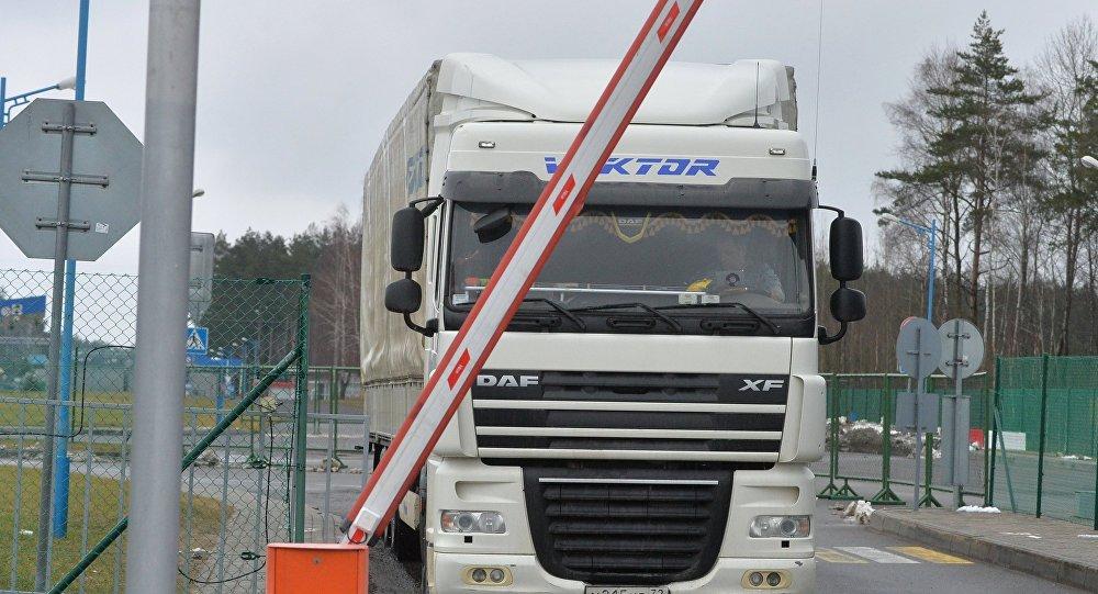 150 грузовиков собралось напропускном пункте награнице сУзбекистаном