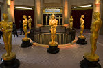Статуи Оскара на красной ковровой дорожке во время подготовки в 89-ой церемонии вручения кинопремии в Голливуде