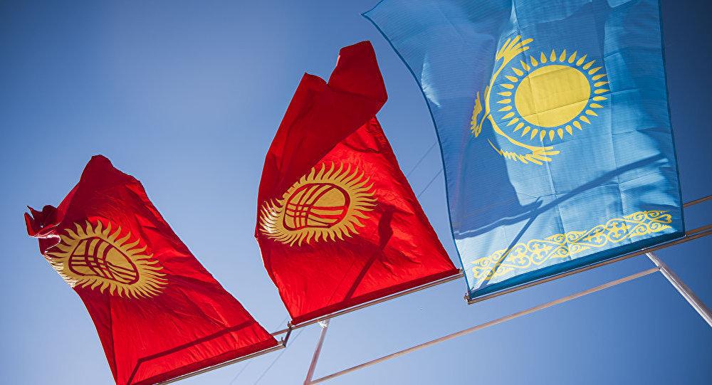 Флаги Кыргызстана и Казахстана, фото из архива