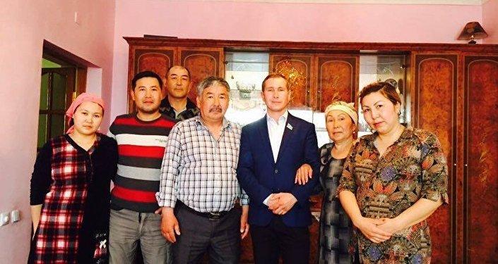 Геннадий Шиповских отбасымен бірге