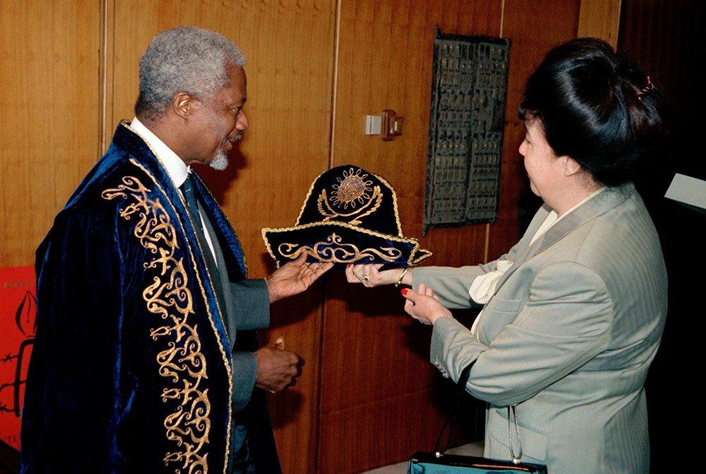Архивное фото вручения подарка из Казахстана Кофи Аннану