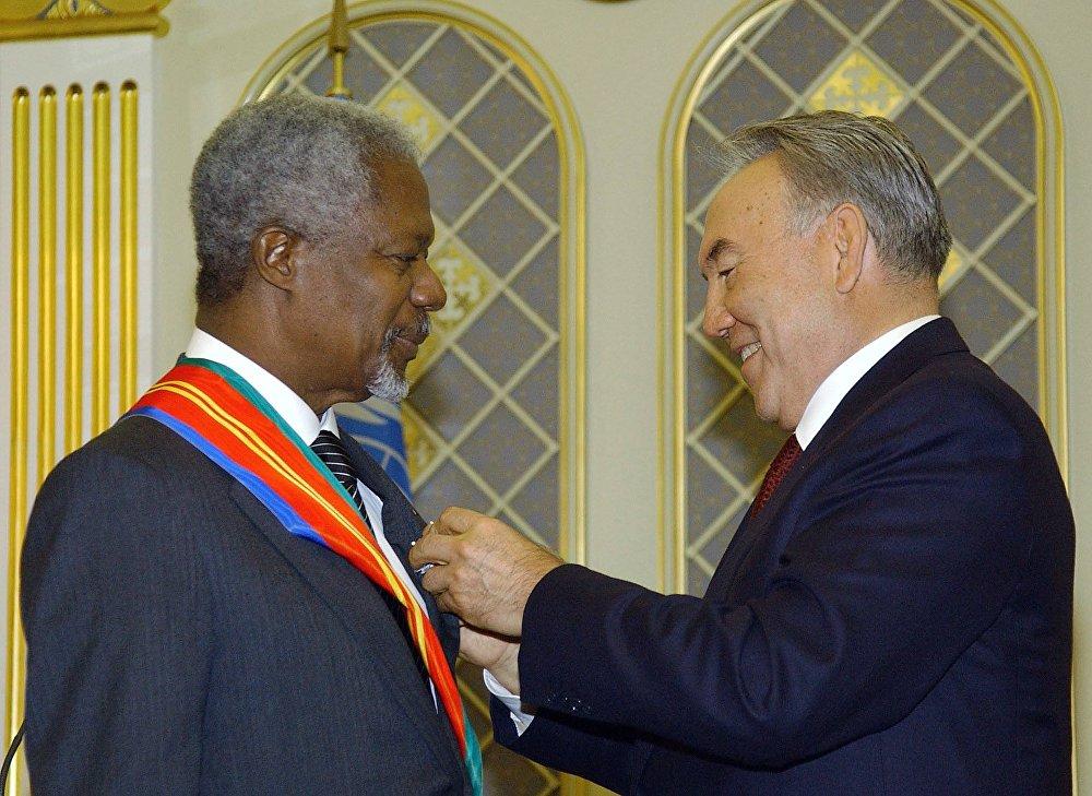 Архивное фото вручения ордена Достык Кофи Аннану