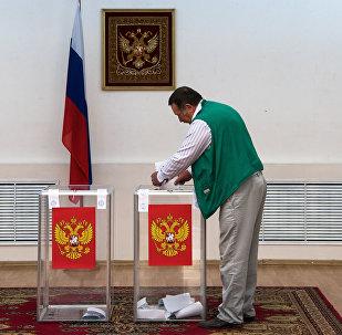 Голосование на выборах в Госдуму на избирательном участке в Астане
