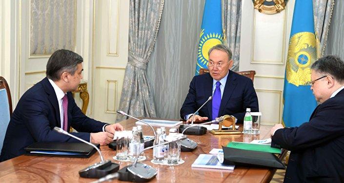 Нұрлан Ермекбаев (сол жағында) жән Нұрсұлтан Назарбаев (ортасында)