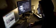 Хакер в маске, фото из архива