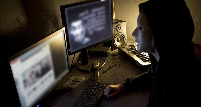 Хакер в маске, архивное фото