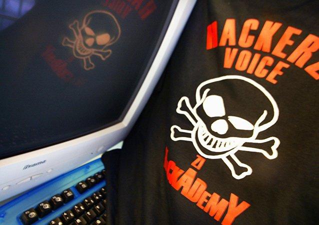 Футболка с изображением хакерской символики отражается на экране компьютера, фото из архива