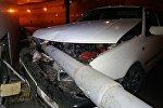 Автомобиль угодил под металлическое ограждение в Алматы