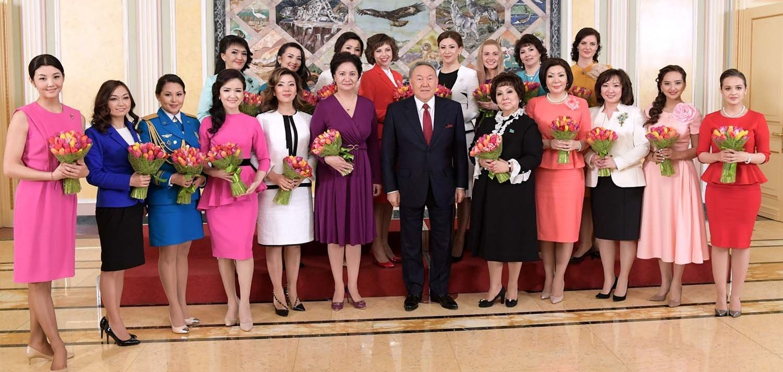 Глава государства поздравил женщин с наступающим праздником 8 марта