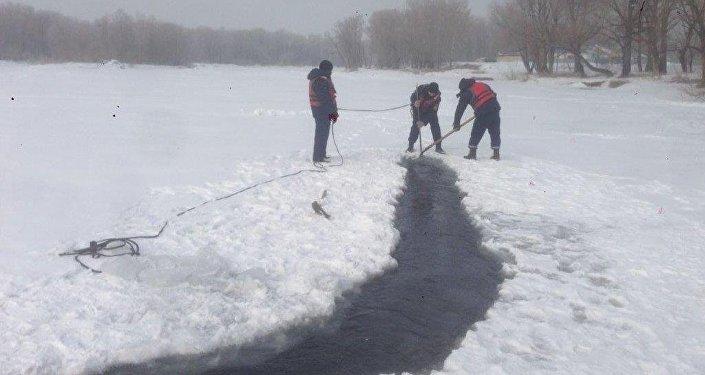 Поиски провалившегося под лед мальчика в Семее
