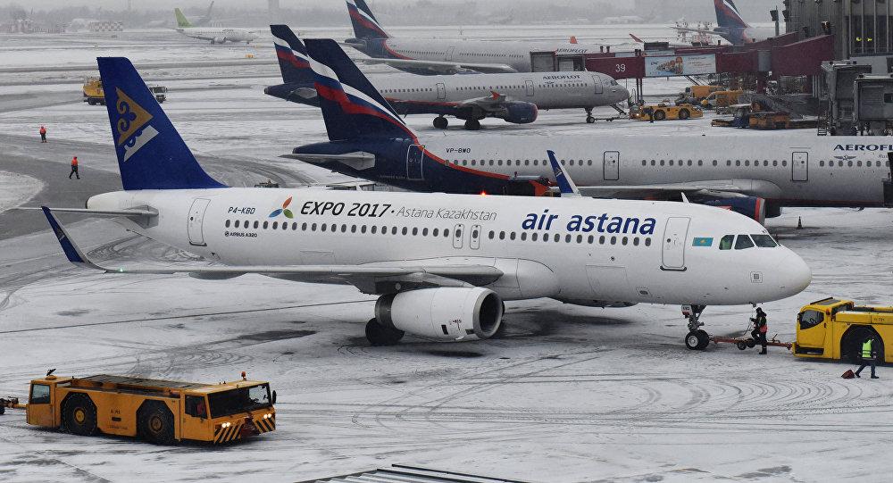 Архивное фото самолетов Airbus A320 авиакомпании Air Astana (на первом плане)