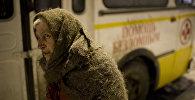 Бездомная женщина у автобуса службы соцпомощи, фото из архива
