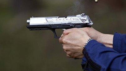 Архивное фото полицейского с табельным оружием