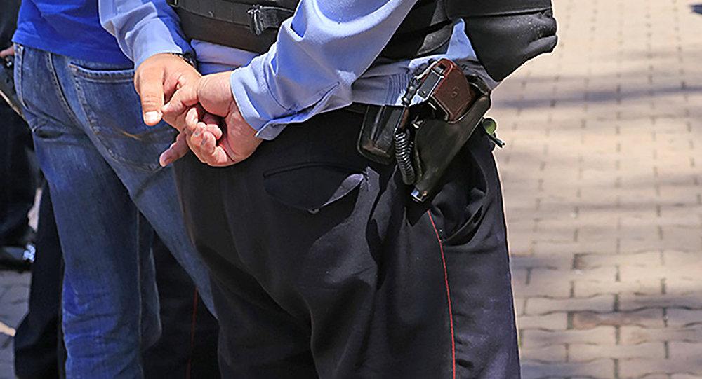 Архивное фото казахстанского полицейского с табельным оружием